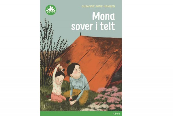 mona sover i telt_cover